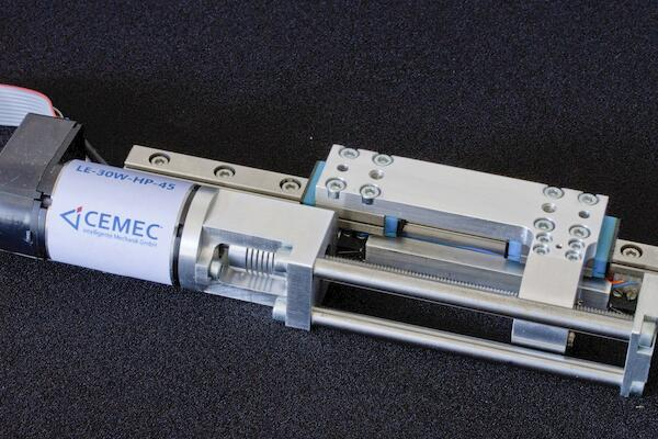 High-precision linear unit for dynamic positioning of tungsten apertures.